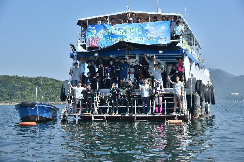 漁 農 自 然 護 理 署 與 香 港 潛 水 總 會 再 度 合 作 , 今 日 ( 九 月 十 六 日 ) 在 西 貢 橋 咀 舉 辦 海 岸 清 潔 日 , 招 募 逾 五 十 名 包 括 潛 水 員 的 義 工 參 與 , 協 助 清 潔 海 灘 及 附 近 海 床 。