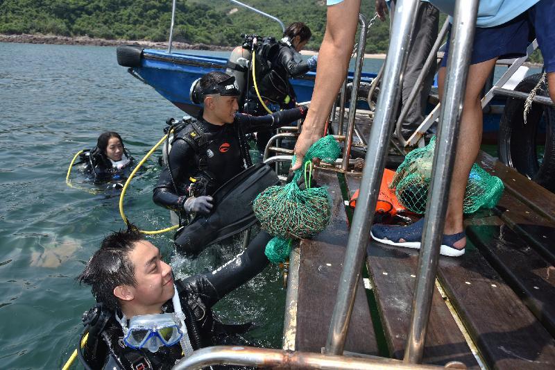 漁 農 自 然 護 理 署 與 香 港 潛 水 總 會 再 度 合 作 , 今 日 ( 九 月 十 六 日 ) 在 西 貢 橋 咀 合 辦 海 岸 清 潔 日 。 義 務 潛 水 員 將 從 海 床 上 收 集 的 垃 圾 , 帶 回 岸 上 處 理 。