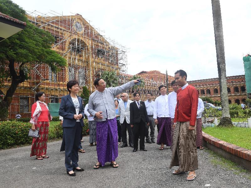 行政長官林鄭月娥今日(九月十六日)繼續緬甸訪問行程。圖示林鄭月娥(前排左一)下午在仰光參觀前政府總部——秘書處大樓。