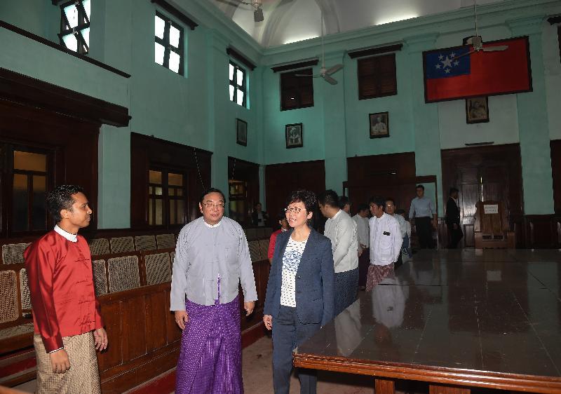行政長官林鄭月娥今日(九月十六日)繼續緬甸訪問行程。圖示林鄭月娥(左三)下午在仰光參觀前政府總部——秘書處大樓。
