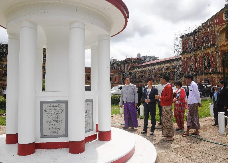 行政長官林鄭月娥今日(九月十六日)繼續緬甸訪問行程。圖示林鄭月娥(左二)下午在仰光參觀前政府總部——秘書處大樓。
