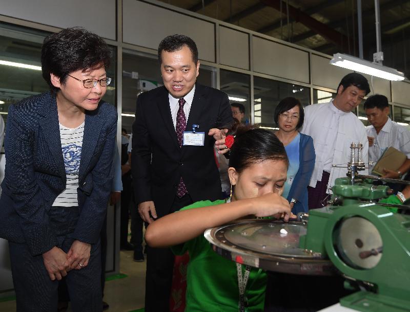 行政長官林鄭月娥今日(九月十六日)繼續緬甸訪問行程。圖示林鄭月娥(左一)下午在仰光參觀香港廠商開設的製衣廠。