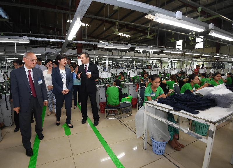 行政長官林鄭月娥今日(九月十六日)繼續緬甸訪問行程。圖示林鄭月娥(前排中)下午在仰光參觀香港廠商開設的製衣廠。