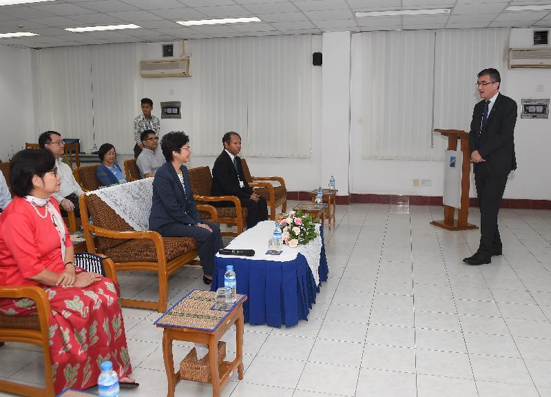 行政長官林鄭月娥今日(九月十六日)繼續緬甸訪問行程。圖示林鄭月娥(右三)下午在仰光參觀國際貨櫃碼頭。