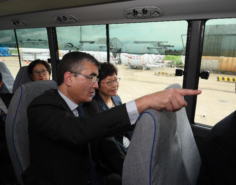 行政長官林鄭月娥今日(九月十六日)繼續緬甸訪問行程。圖示林鄭月娥(右)下午在仰光參觀國際貨櫃碼頭。