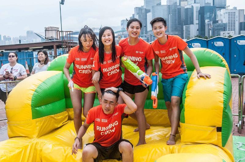 「廿載同行『愛.融2』千人Party」九月二十四日(星期日)在觀塘海濱花園及觀塘海濱道舉行。圖示在早前一個嘉年華舉行的障礙賽。