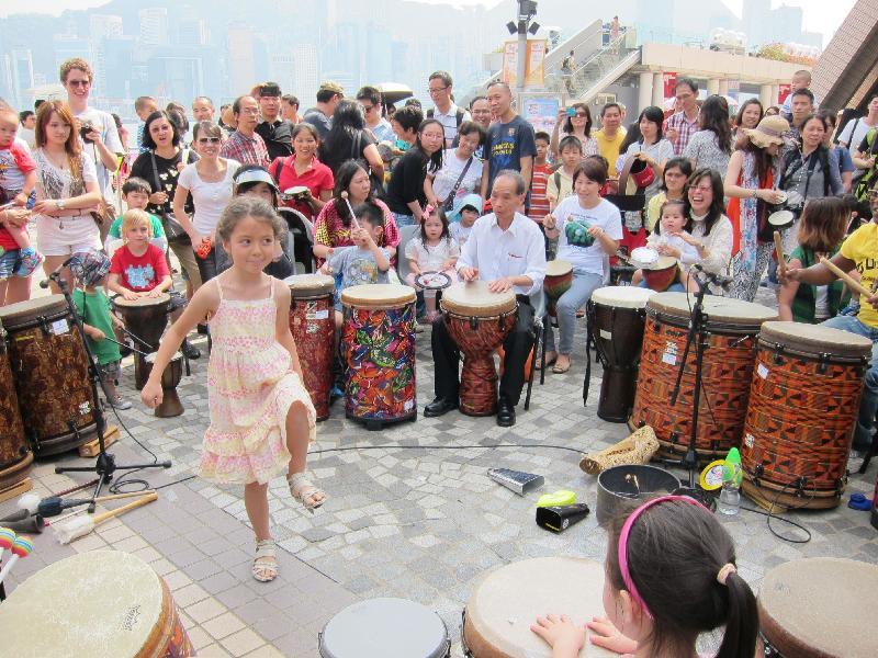「廿載同行『愛.融2』千人Party」九月二十四日(星期日)在觀塘海濱花園及觀塘海濱道舉行。圖示在早前一個嘉年華舉行的鼓樂活動。