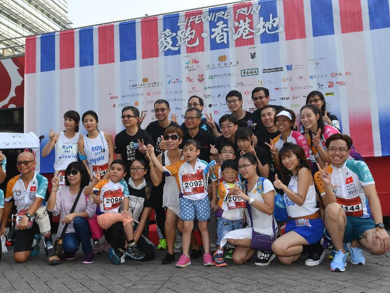 財政司司長陳茂波(第二排左五)今日(九月十七日)出席「愛跑‧香港地」起步禮,並與《護.聯網》創辦人彭一邦博士(第二排左四)和其他嘉賓合照。