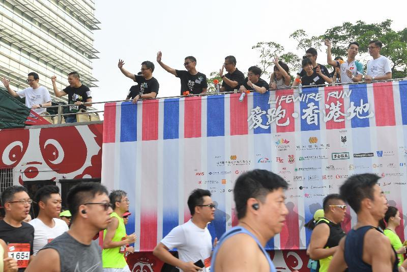 財政司司長陳茂波(左五)、《護.聯網》創辦人彭一邦博士(左四)和其他嘉賓今日(九月十七日)在「愛跑‧香港地」起步禮上鳴槍。