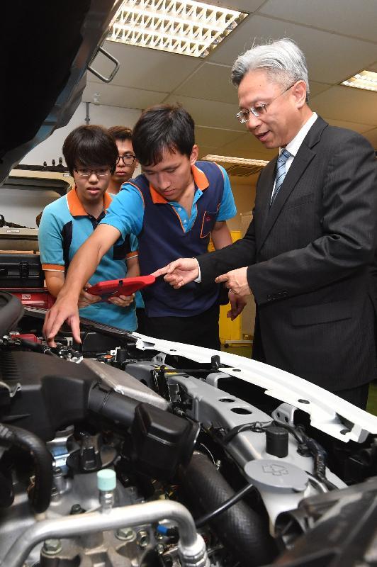 公務員事務局局長羅智光(右)今日(九月十八日)參觀機電工程署的訓練工場,並與見習技術員交談,了解他們的學習情況。