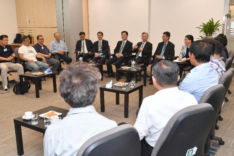 公務員事務局局長羅智光(左八)今日(九月十八日)到訪機電工程署,與部門各職系的員工代表茶敍,就他們關注的事宜交換意見。