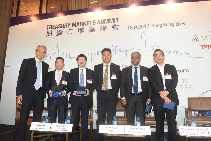香港金融管理局高級助理總裁兼財資市場公會理事會主席李達志(左一)今日(九月十八日)在2017財資市場高峰會上就全球宏觀及監管環境的最新趨勢分享意見。參與專題討論的講者包括中國銀行(香港)有限公司總經理兼投資主管陳少平(左二)、香港上海滙豐銀行有限公司資本巿場亞太區聯席主管陳紹宗(左三)、摩根大通銀行亞太區首席投資部負責人兼董事總經理鍾冠國(右三)、國際結算銀行亞洲辦事處亞太區經濟及金融市場主管Madhusudan Mohanty(右二),以及光大證券股份有限公司全球首席經濟學家及研究所所長彭文生博士(右一)。