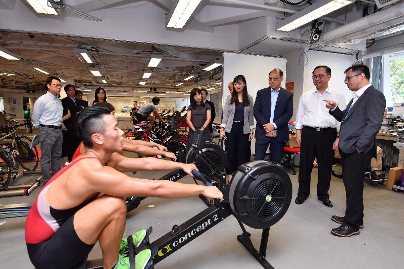 創新及科技局局長楊偉雄(右二)今日(九月十八日)參觀香港體育學院(體院),聽取體院精英訓練科技總監蘇志雄博士(右一)講解以科技和數據為本的方式協助制定最適合賽艇運動員的訓練計劃。旁為體院董事局主席林大輝(右三)。