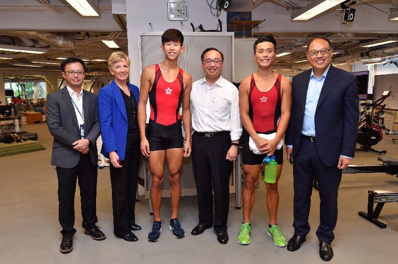 創新及科技局局長楊偉雄(右三)今日(九月十八日)參觀香港體育學院(體院)時,與賽艇精英運動員何宇軒(右二)和王瑋駿(左三)見面。旁為體院董事局主席林大輝(右一)、院長李翠莎博士(左二)和精英訓練科技總監蘇志雄博士(左一)。