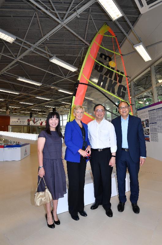 創新及科技局局長楊偉雄(右二)今日(九月十八日)參觀香港體育學院(體院),與體院董事局主席林大輝(右一)、體院院長李翠莎博士(左二)和沙田民政事務專員陳婉雯(左一)在香港首位奧運金牌得主李麗珊於1996年亞特蘭大奧運所用的帆板前合照。
