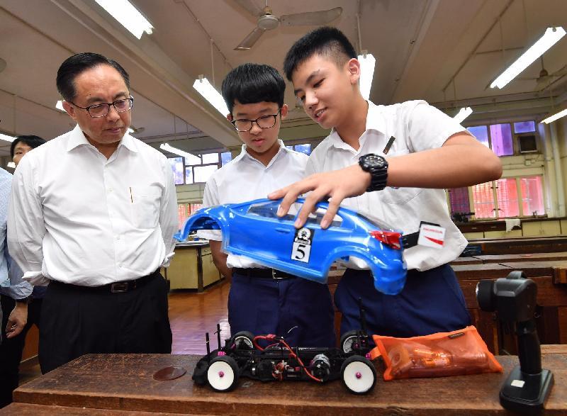 創新及科技局局長楊偉雄(左一)今日(九月十八日)到訪沙田區聖公會曾肇添中學,並聽取學生介紹以STEM(科學、科技、工程及數學)活動所學到的科技知識及3D打印技術而製成的模型車。
