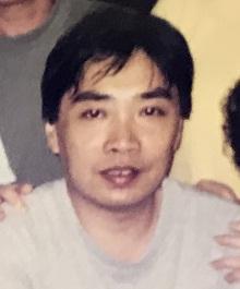 六十一歲男子陳建平身高約一點七米,體重約五十四公斤,瘦身材,尖面型,黃皮膚及蓄短直灰髮。
