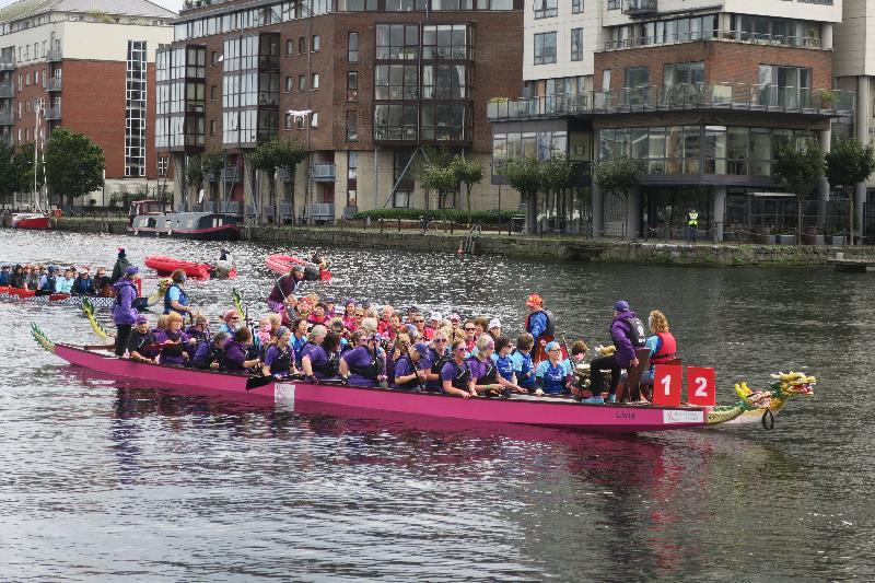 由香港駐布魯塞爾經濟貿易辦事處第二度冠名贊助的「都柏林香港龍舟賽」九月九日和十日(都柏林時間)在愛爾蘭都柏林舉行。圖示九月九日(都柏林時間)參與「都柏林香港龍舟賽」的龍舟隊伍在都柏林大運河上整裝待發。