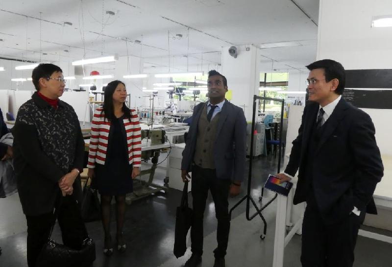 商務及經濟發展局局長邱騰華(右一)昨日(倫敦時間九月十八日)在倫敦參觀皇家藝術學院,並與院方代表就人才培訓交流意見。