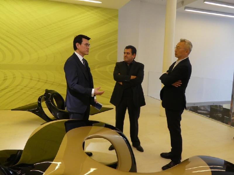 商務及經濟發展局局長邱騰華(左一)昨日(倫敦時間九月十八日)在倫敦參觀扎哈‧哈迪德設計藝廊,了解扎哈‧哈迪德的知名設計作品。