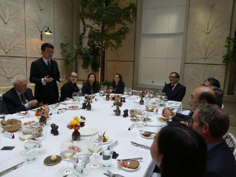 商務及經濟發展局局長邱騰華昨日(倫敦時間九月十八日)與倫敦當地不同創意產業界的持份者共進午餐,就開拓商機、推動業界發展和協作等議題交換意見。