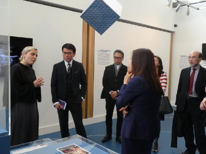 商務及經濟發展局局長邱騰華(左二)昨日(倫敦時間九月十八日)到倫敦藝術大學的倫敦時尚學院參觀,了解英國為時裝設計師提供在職培訓的措施。