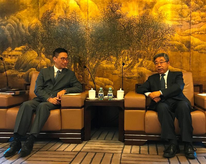 教育局局長楊潤雄(左)今早(九月十九日)在北京與國家教育部部長陳寶生(右)會面。