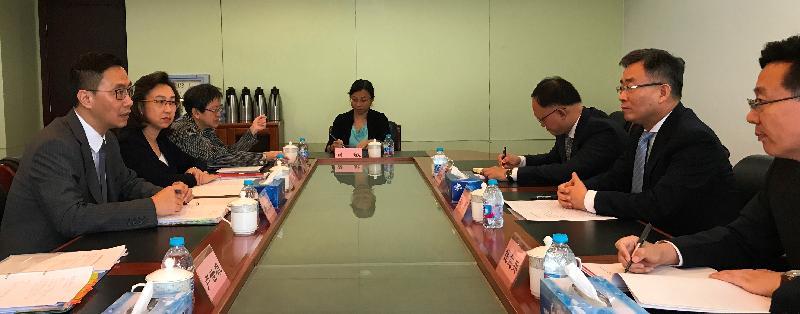 教育局局長楊潤雄(左一)今早(九月十九日)在北京拜訪國務院港澳事務辦公室,與副主任宋哲(右二)會面。左二為教育局常任秘書長楊何蓓茵。