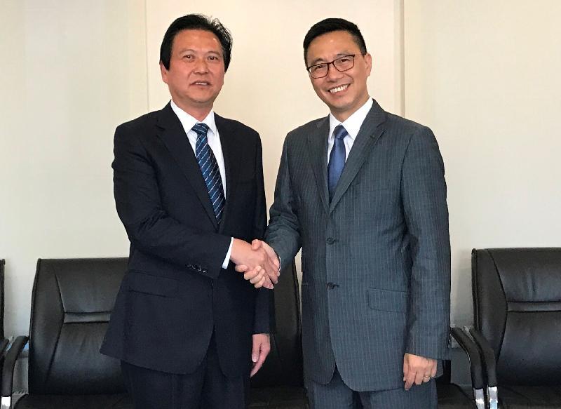 教育局局長楊潤雄(右)今午(九月十九日)與北京市教育委員會副主任黃侃(左)會面,就廣泛的教育議題交換意見。