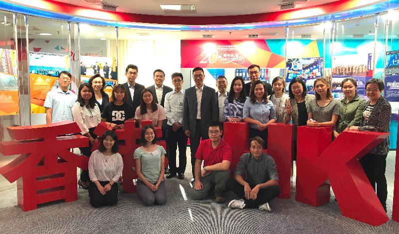 教育局局長楊潤雄(中)今午(九月十九日)在北京與正在內地升讀大學的香港學生會面,了解他們的日常生活情況及需要。