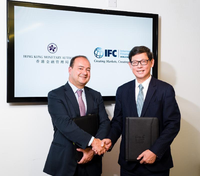 國際金融公司新興業務副總裁迪米特里‧蒂斯拉戈斯(左)昨日(倫敦時間九月十九日)於倫敦歡迎香港金融管理局(金管局)總裁陳德霖(右)。金管局與國際金融公司建立新的夥伴合作關係,為金管局提供一個有用的平台,擴大在信貸市場的投資機會。