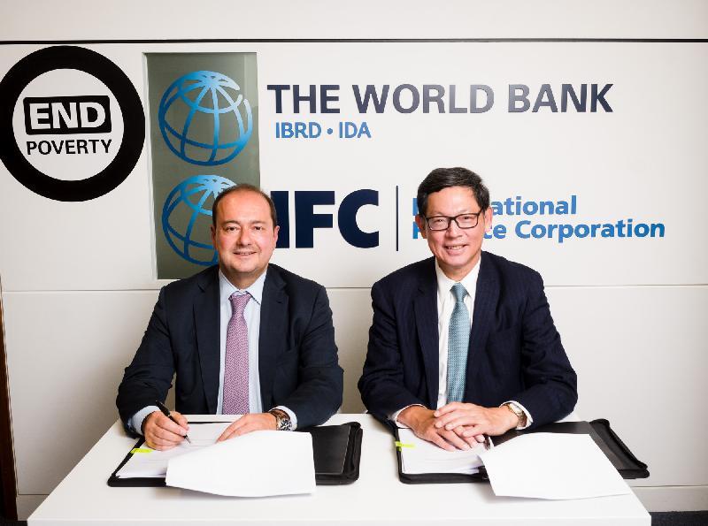 國際金融公司新興業務副總裁迪米特里‧蒂斯拉戈斯(左)和香港金融管理局(金管局)總裁陳德霖(右)昨日(倫敦時間九月十九日)於倫敦簽訂協議,向為新興市場而設的創新「聯合貸款組合管理計劃」(MCPP)貸款促進平台作出十億美元承諾。