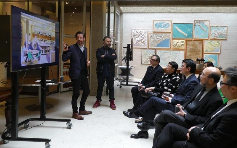 商務及經濟發展局局長邱騰華(右三)昨日(倫敦時間九月十九日)參觀海瑟維克工作室,了解工作室的知名設計項目。