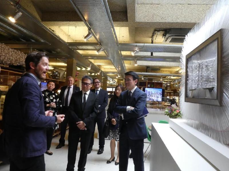 商務及經濟發展局局長邱騰華(右一)昨日(倫敦時間九月十九日)參觀海瑟維克工作室,了解展出的藝術雕塑和設計作品。