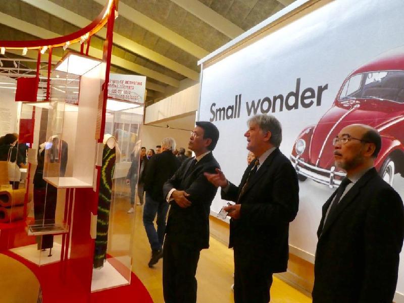 商務及經濟發展局局長邱騰華(右三)昨日(倫敦時間九月十九日)參觀位於倫敦西區的設計博物館,該館總監Deyan Sudjic(右二)向他介紹館內的設計作品。