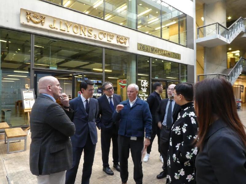 商務及經濟發展局局長邱騰華(左二)昨日(倫敦時間九月十九日)參觀倫敦藝術大學的中央聖馬丁藝術學院,倫敦藝術大學副校長和中央聖馬丁藝術學院院長Jeremy Till(左四)向他介紹學院的設施。