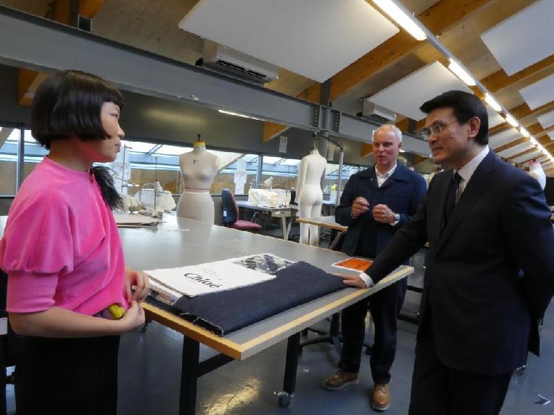 商務及經濟發展局局長邱騰華(右一)昨日(倫敦時間九月十九日)參觀倫敦藝術大學的中央聖馬丁藝術學院時,與來自香港的學生傾談,了解其作品。