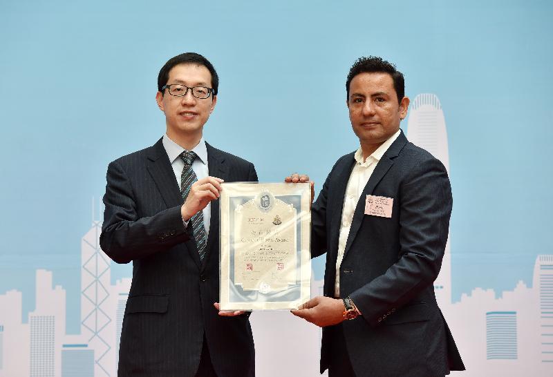 撲滅罪行委員會委員盧金榮博士(左)頒發「好市民獎」予葉沙軒。他協助警方截停一名於港鐵車廂內盜竊的男子。