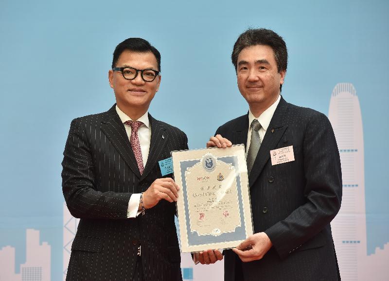 香港總商會中小型企業委員會主席伍俊達(左)頒發「好市民獎」予湯星榮。他協助警方拘捕一名持有攻擊性武器的男子。