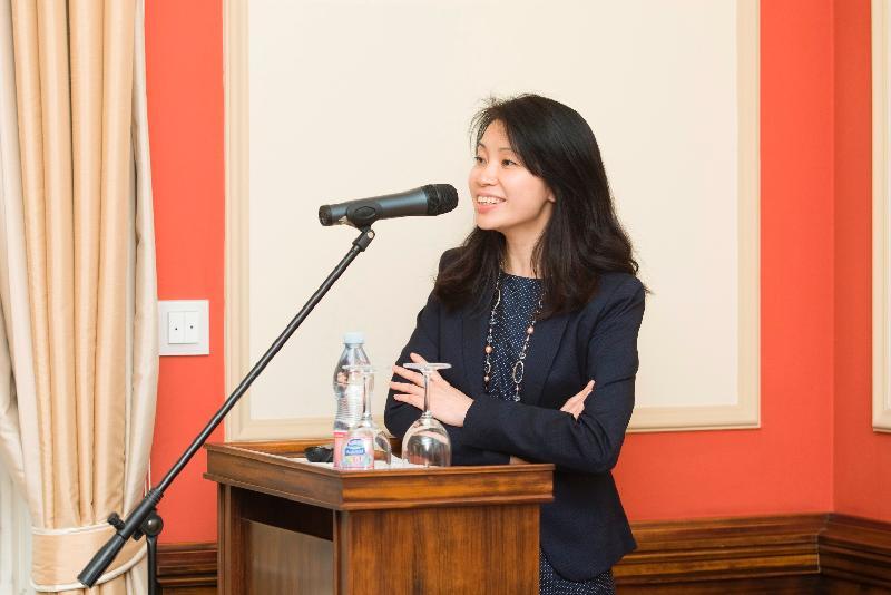 香港駐柏林經濟貿易辦事處(駐柏林經貿辦)聯同香港律師會和匈牙利律師協會,昨日(布達佩斯時間九月十九日)於匈牙利布達佩斯舉辦有關「一帶一路」倡議的商務和法律會議。圖示駐柏林經貿辦處長何小萍在會議上講話。