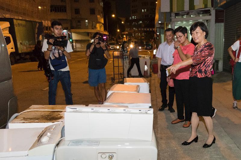 立法會議員梁美芬(右一)和黃碧雲(右二)今日(九月二十日)視察深水埗區內回收商阻街的情況。