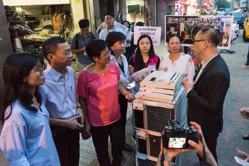 立法會議員今日(九月二十日)視察深水埗區內回收商阻街的情況。圖示黃碧雲(左三)和蔣麗芸(左四)聽取政府部門代表就阻街問題所採取的跟進行動。