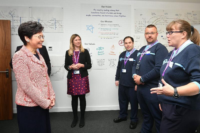 行政長官林鄭月娥今日(倫敦時間九月二十日)在英國倫敦參觀香港鐵路有限公司Crossrail的培訓中心。圖示林鄭月娥(左一)與見習列車駕駛員會面。