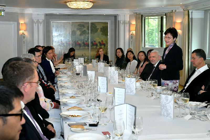 行政長官林鄭月娥(右二)今日(倫敦時間九月二十日)在倫敦與英國藝術及設計界別代表會面。