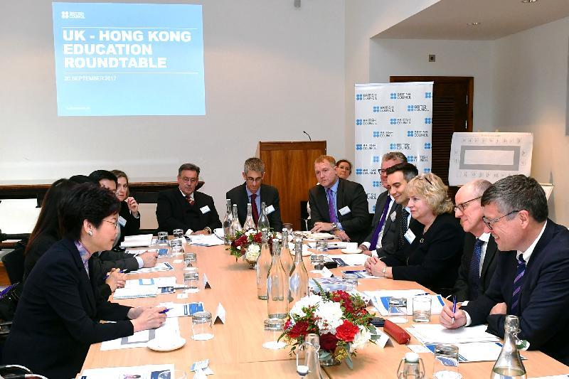行政長官林鄭月娥今日(倫敦時間九月二十日)在英國倫敦與教育界持份者會面。圖示林鄭月娥(左一)、英國教育部國務大臣祈禮勤(右二)與其他與會者出席圓桌會議。
