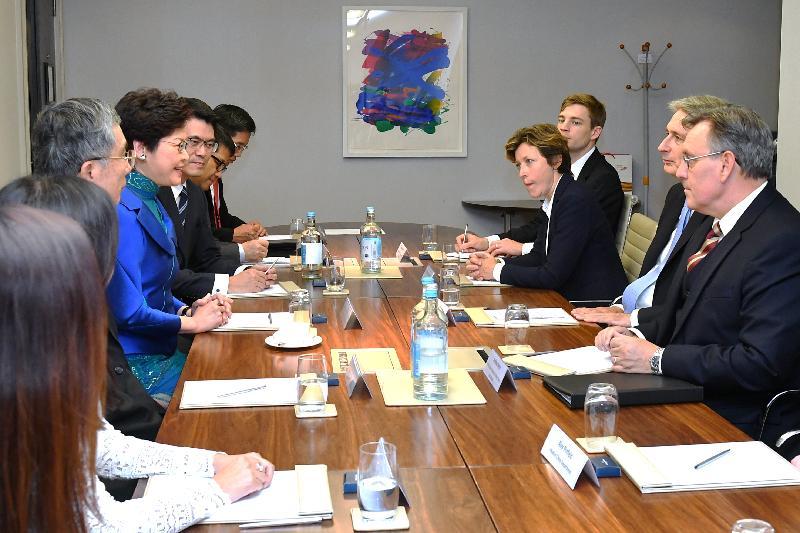 行政長官林鄭月娥(左四)昨日(倫敦時間九月二十日)在倫敦與英國財政大臣夏文達(右二)會面。