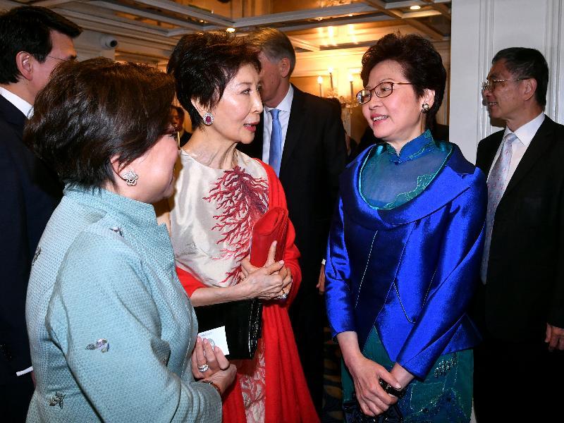 行政長官林鄭月娥昨日(倫敦時間九月二十日)晚上在英國倫敦出席香港貿易發展局周年晚宴。圖示林鄭月娥(左三)與鄧蓮如男爵(左二)在晚宴前交流。