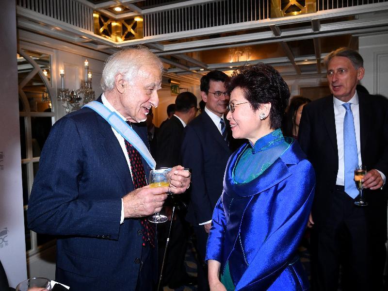 行政長官林鄭月娥昨日(倫敦時間九月二十日)晚上在英國倫敦出席香港貿易發展局周年晚宴。圖示林鄭月娥(右)與衛奕信男爵(左)在晚宴前交流。