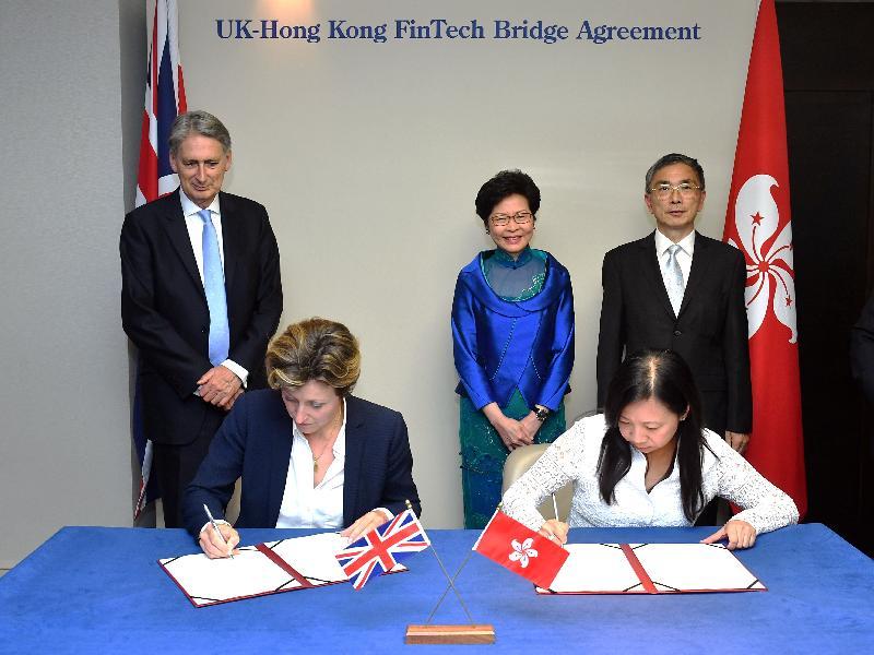 行政長官林鄭月娥昨日(倫敦時間九月二十日)在英國倫敦見證簽署「金融科技橋樑」協議。圖示林鄭月娥(後排中)、英國財政大臣夏文達(後排左)和財經事務及庫務局局長劉怡翔(後排右)見證香港駐歐洲聯盟特派代表林雪麗(前排右)與英國財政部金融服務總裁Katharine Braddick(前排左)簽署協議。