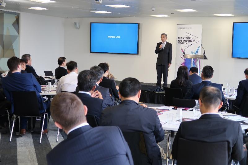 財經事務及庫務局局長劉怡翔九月二十日(倫敦時間)參觀埃森哲倫敦金融科技創新實驗室,了解實驗室為培育金融科技初創企業而設的項目。
